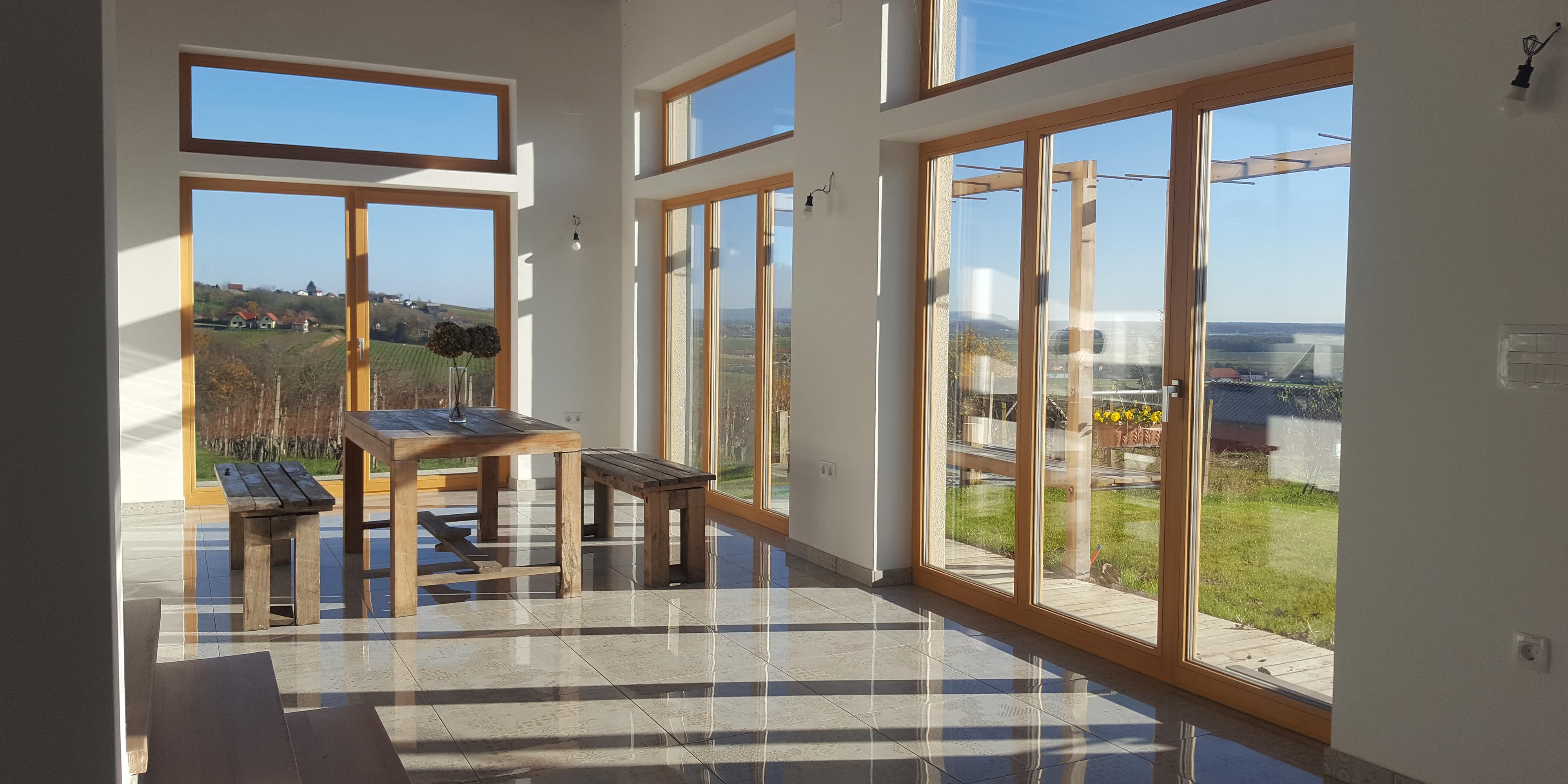 Lesena okna ustvarjajo domačnost, poskrbijo za dobro mikroklimo in s tem dviguje kakovost bivanja