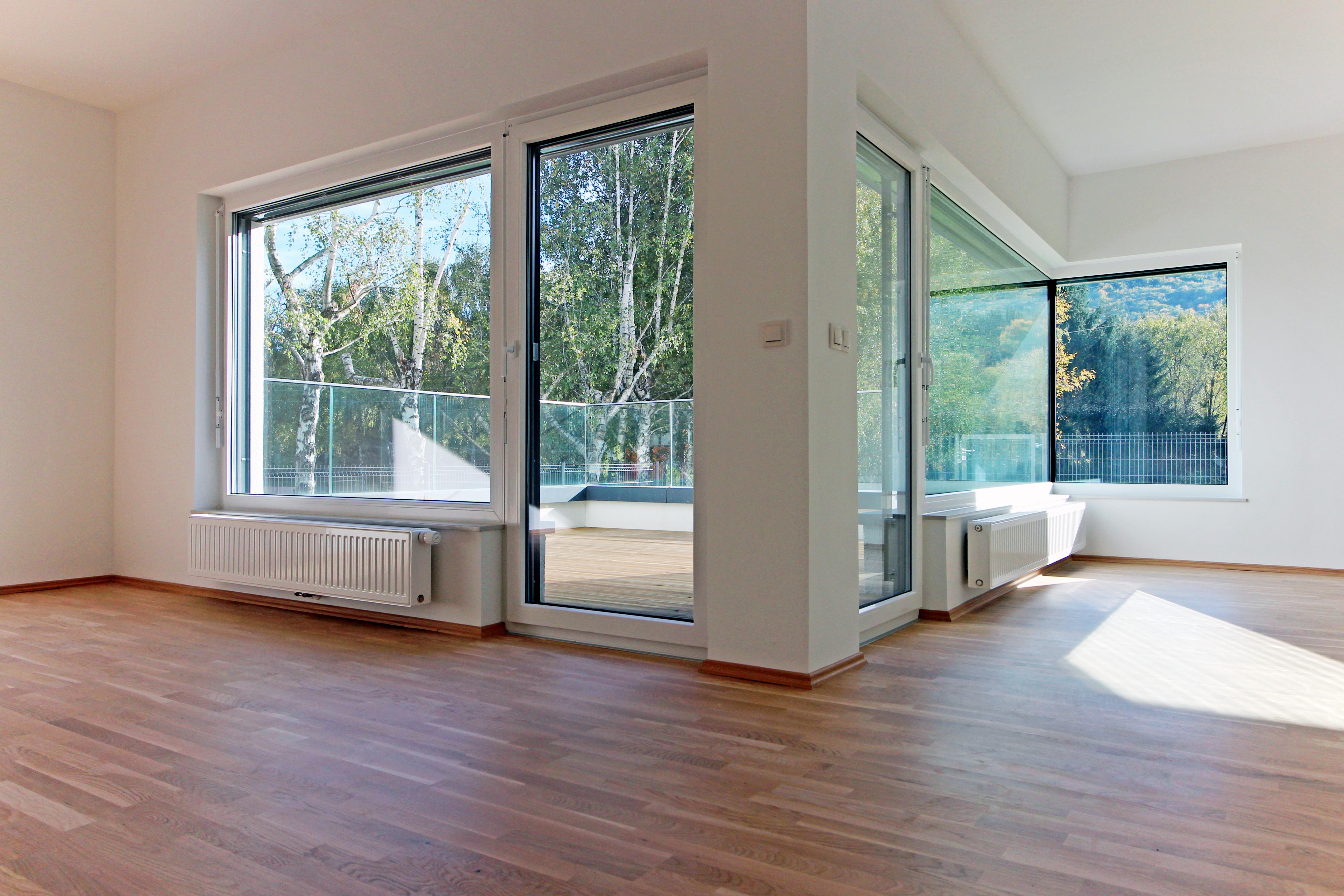 AJM vogalna okna brez običajnega vertikalnega profila vam nudijo neomejenim panoramskim razgled.