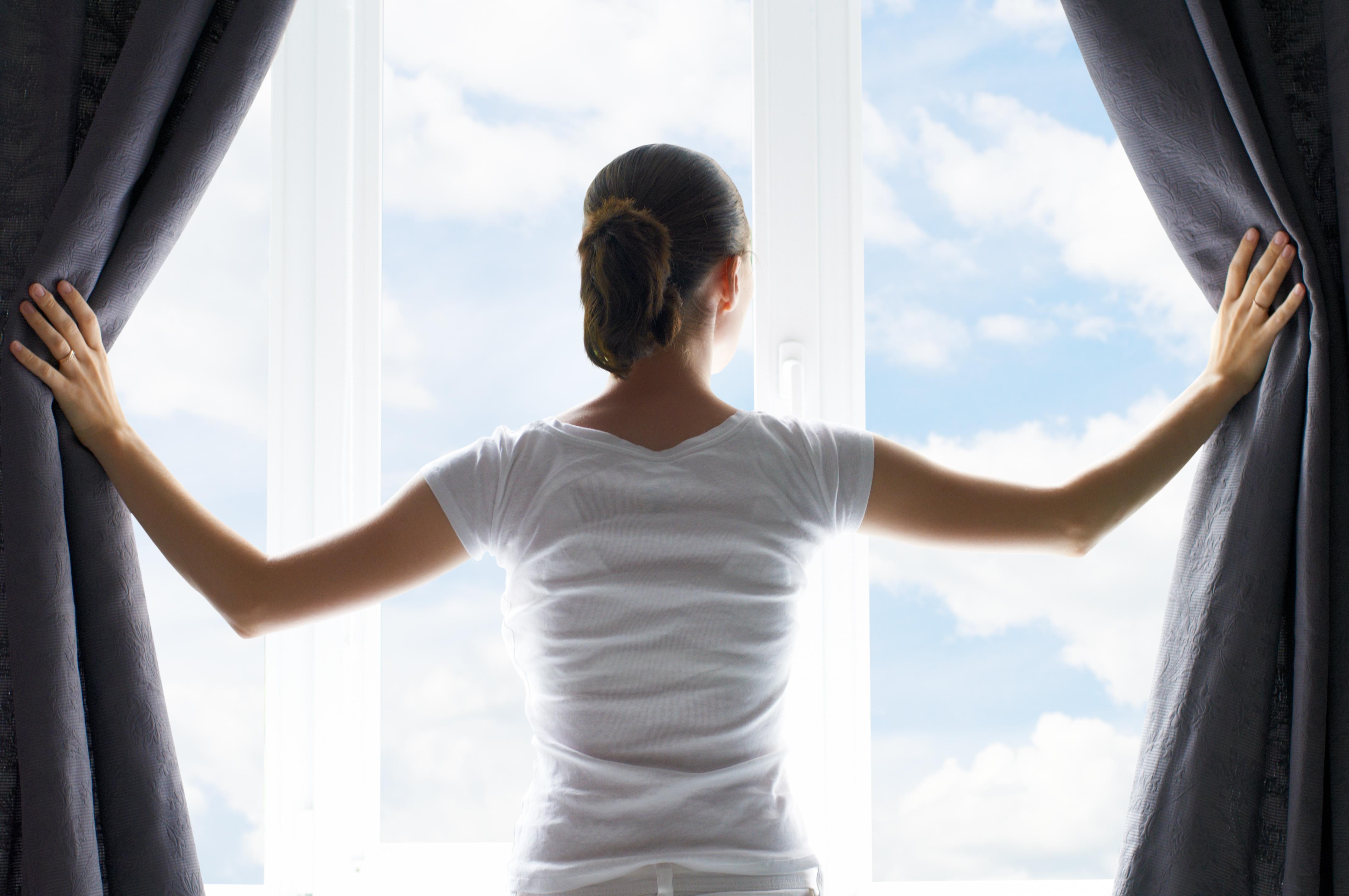 Poudarite nova okna z zavesami.