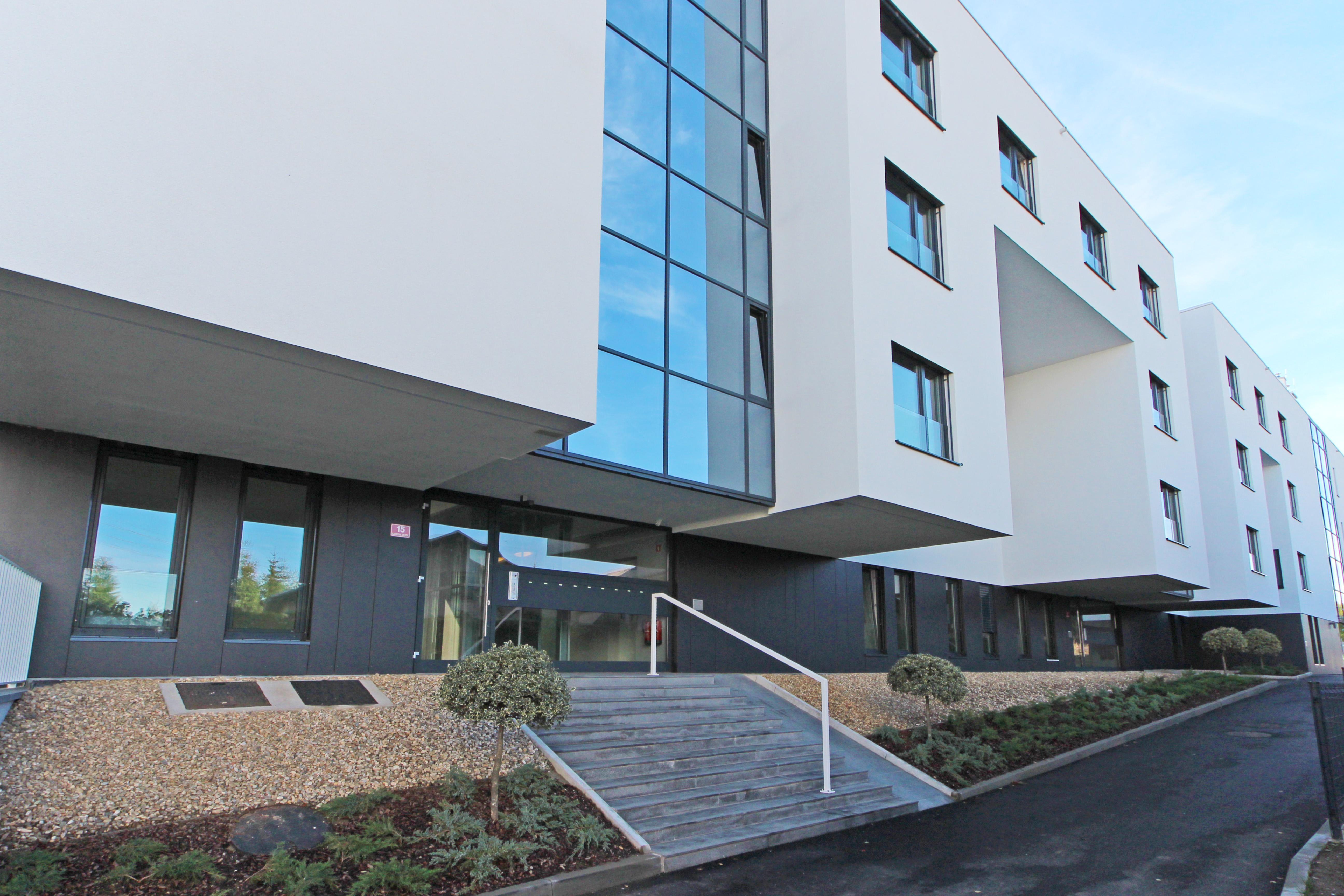 Dodajte svojemu domu eleganten in moderen videz s stekleno fasado AJM ekskluzivne linije Zero Sash.
