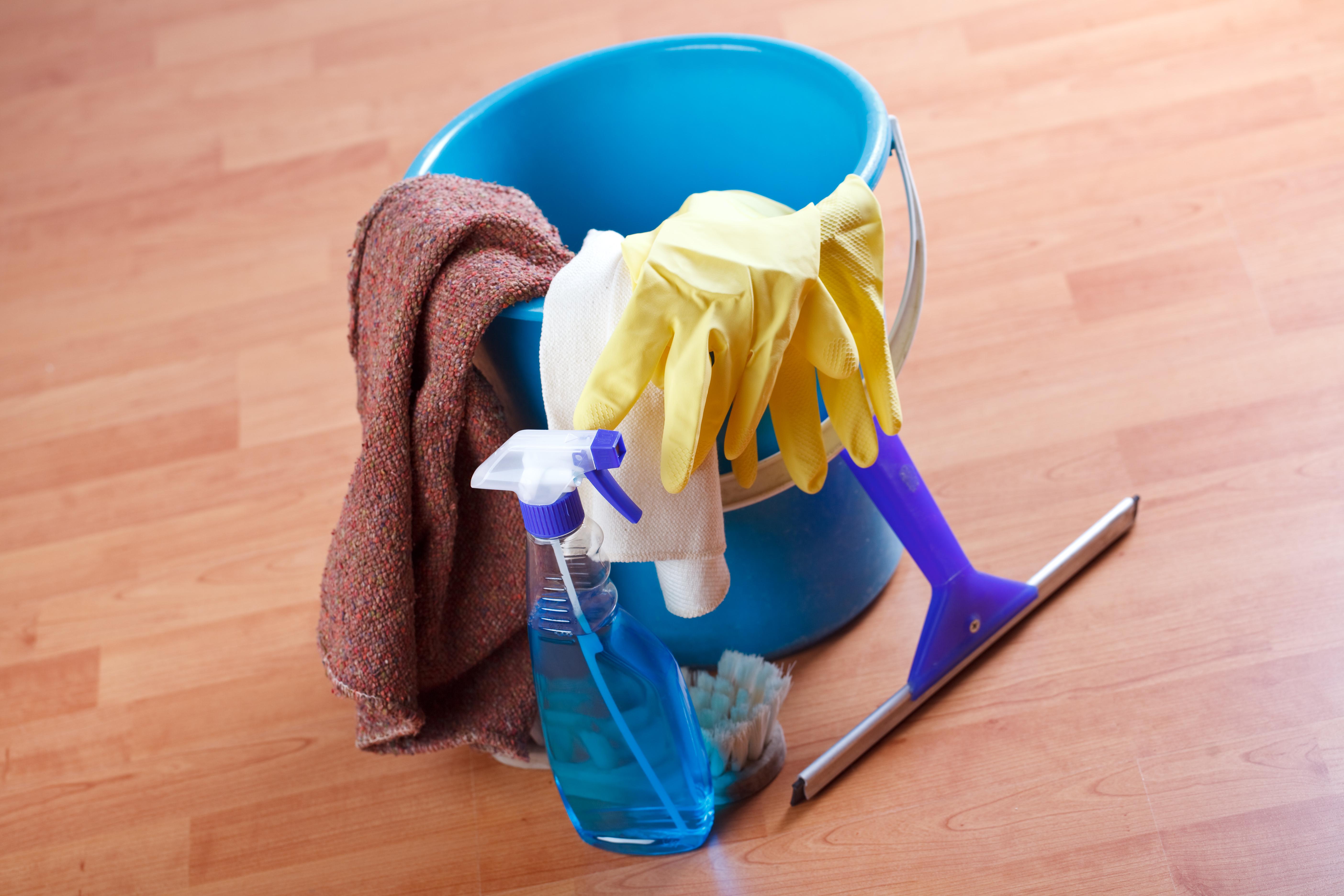 Previdno pri čiščenju stekla na oknih. Lotite se ga samo z mehkimi krpami in neagresivnimi čistilnimi sredstvi.