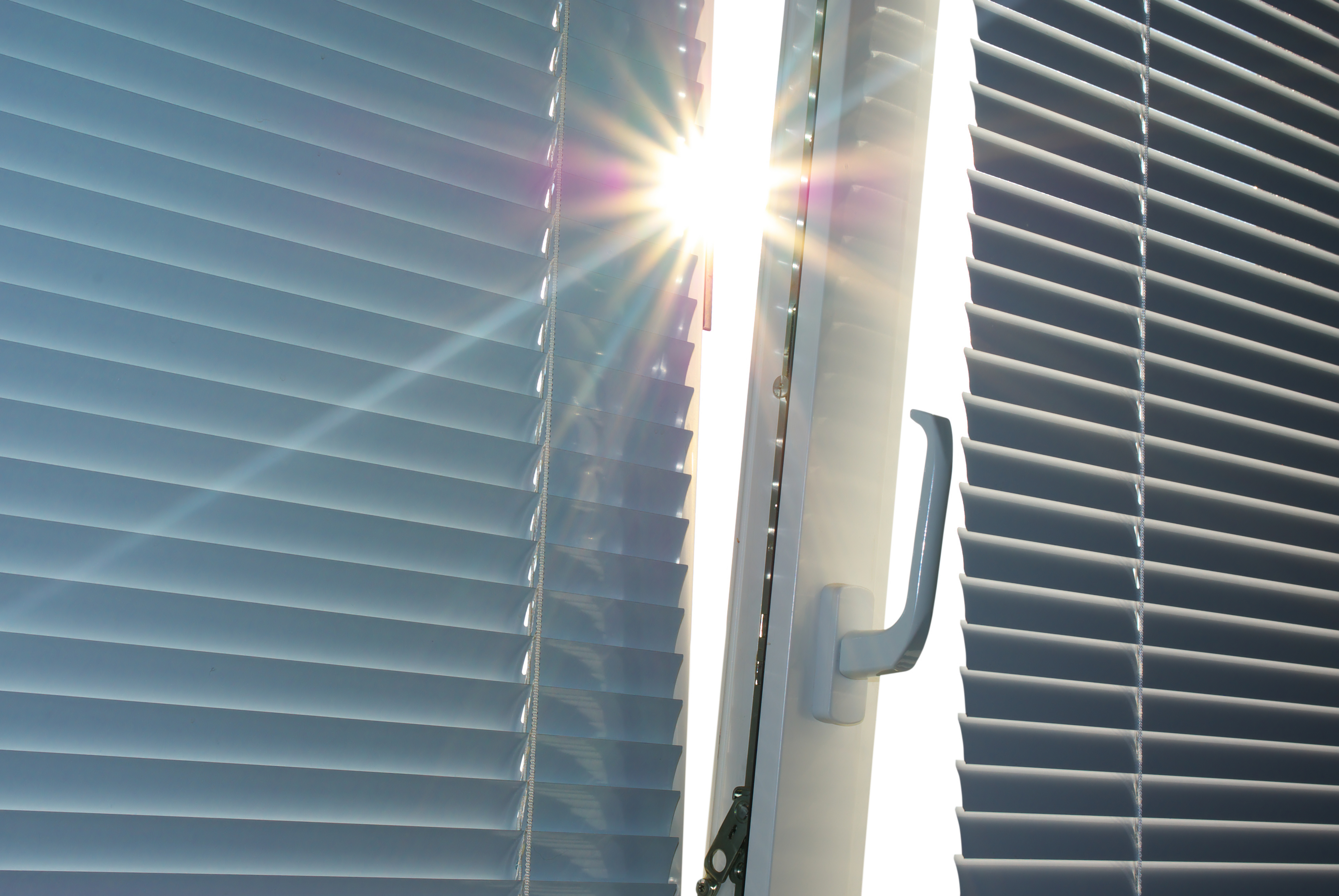 Zunanja senčila nudijo več zaščite, kakor notranja senčila.