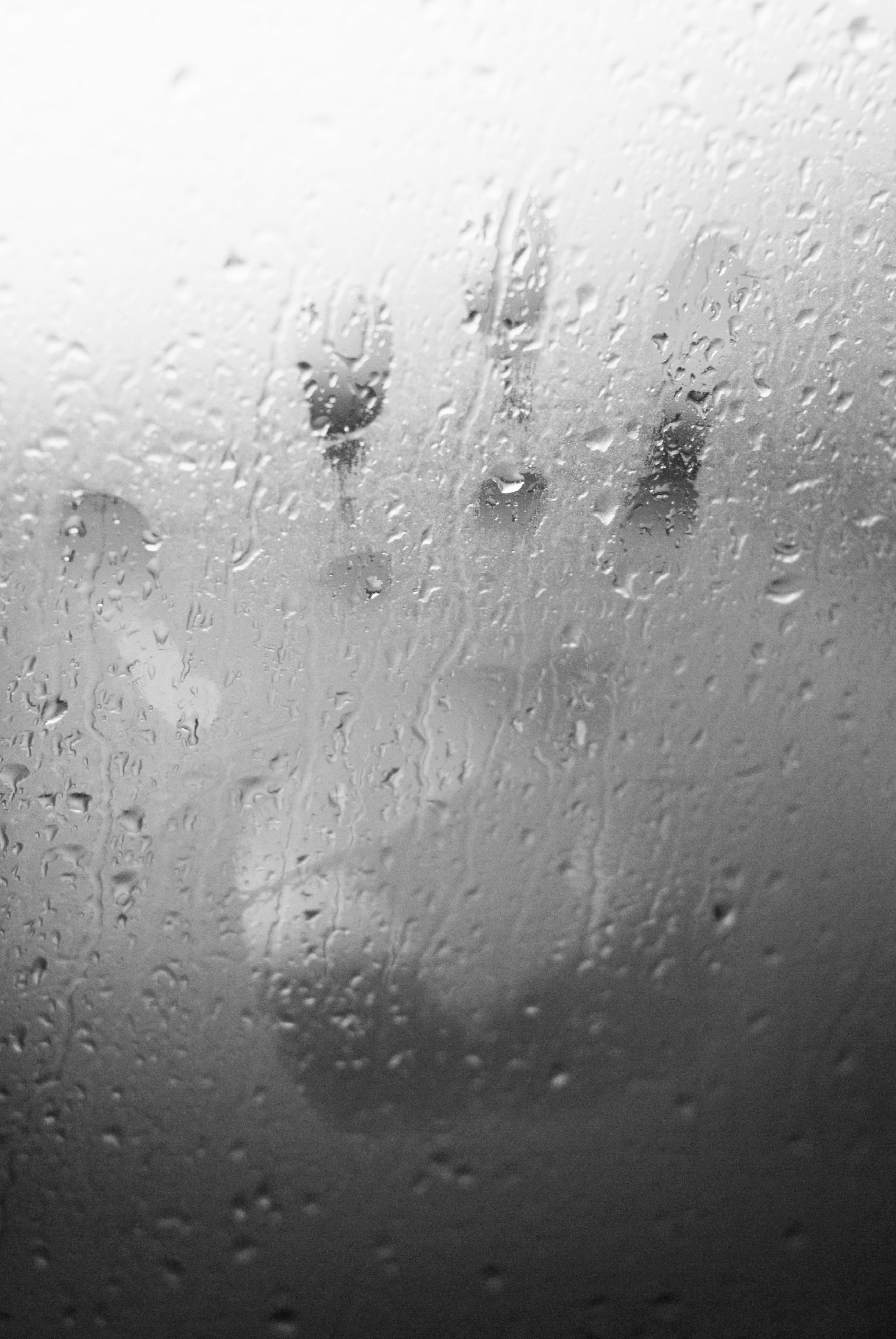 Rosenje na steklenih površinah okna v zimskih mesecih.