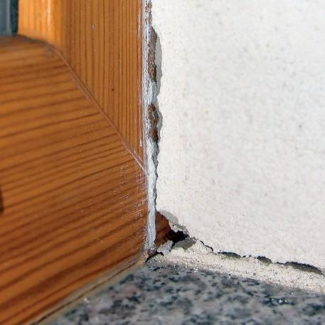 Preprečite razpoke na stiku okna in ometa ali fasade, kot posledica temperaturnega raztezanja elementov z uporabo zaključnih fasadnih lestvic.